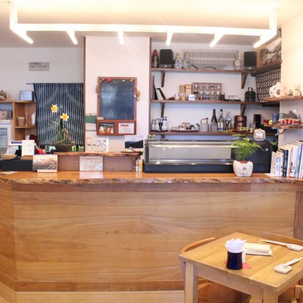 Progettazione e realizzazione di un bancone su misura per un ristorante giapponese. Realizzato in legno massiccio dona una sensazione naturale all'ambiente.