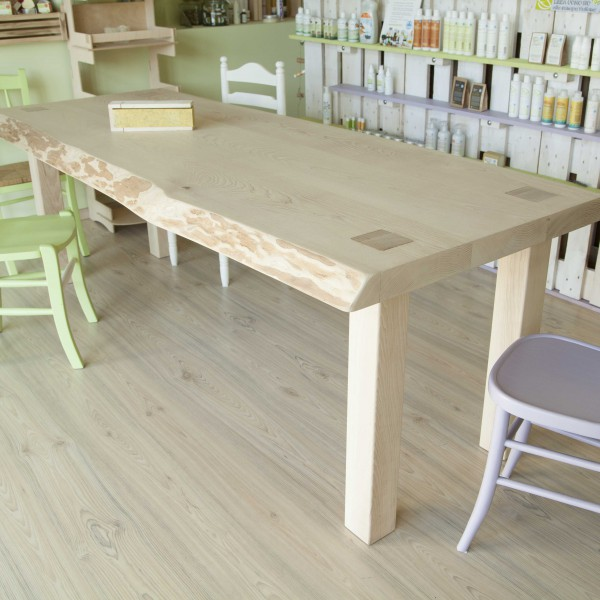Progettazione e realizzazione del tavolo. Corteccia a vista caratterizza fortemente l'elemento.