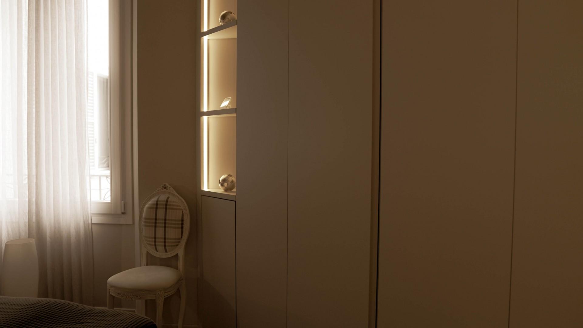 Arredamento su misura realizzato da Profili - Falegnameria & Design. Armadio camera da letto laccato..